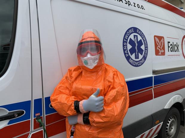 Ratownicy medyczni do wezwań jeżdżą w specjalnych kombinezonach. Zdjęcie ilustracyjne.