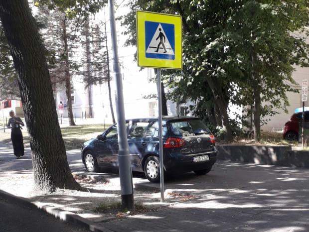 Kierowcy regularnie zastawiają chodniki w okolicy UCK.