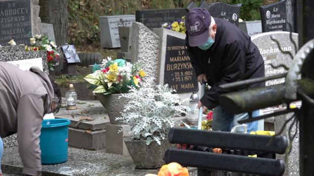 Na cmentarzach, podobnie jak w innych miejscach publicznych, trzeba nosić maseczki.