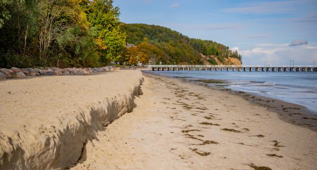 Na plaży w Orłowie po sztormie powstał nasyp, bo część piasku została wypłukana przez fale.