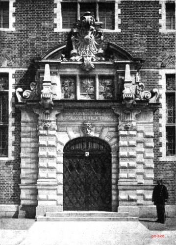 Tak wygląło wejście do gmachu przy obecnej ul. Okopowej 9 tuż po jego wybudowaniu. Na zdjęciu doskonale widoczny jest zarówno herb Prus, jak i wykuty pod nim napis.