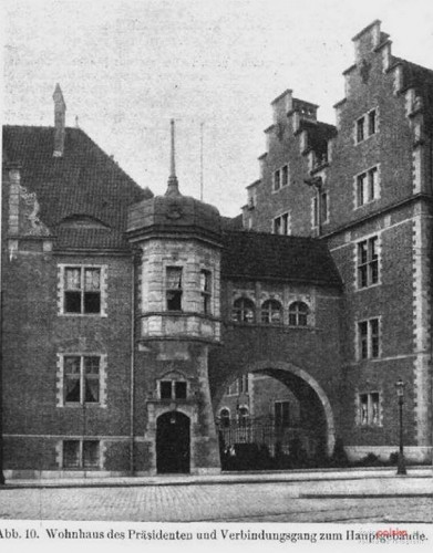 Po prawej stronie zdjęcia widoczna furta bocznego wejścia, która została zamurowana po wojnie i zostanie odtworzona w ramach trwającego remontu.