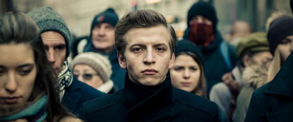 """Jan Komasa po raz drugi z rzędu powalczy w Gdyni o Złote Lwy. Tym razem z filmem """"Sala samobójców. Hejter""""."""