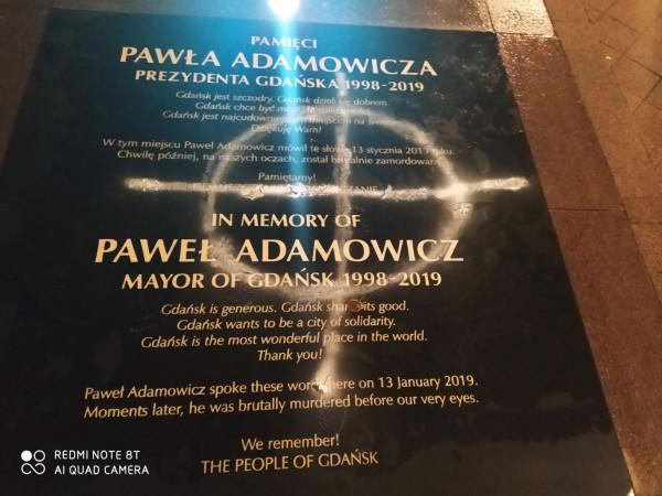 Zniszczona tablica pamięci Pawła Adamowicza.