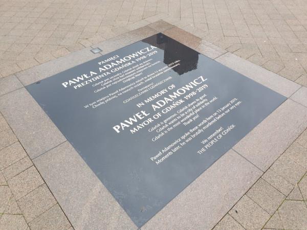 Oczyszczona tablica pamięci Pawła Adamowicza.