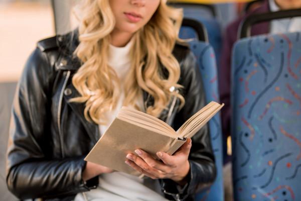 Długą drogę do pracy wielu z nas spędza na lekturze.