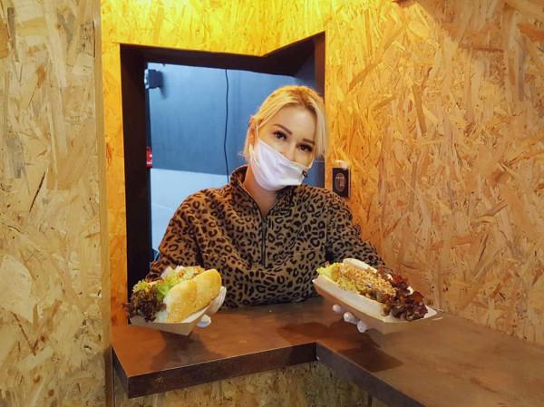 Lokal Hot Doggie z Gdyni miał trudny start - otworzył się na samym początku pandemii. Teraz ogranicza działalność do pięciu dni w tygodniu.