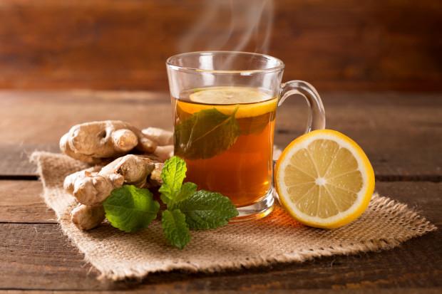 Robi się coraz chłodniej, a organizm potrzebuje rozgrzania. Najlepiej sprawdzi się ciepła herbata z cytryną i imbirem. Korzeń imbiru nie tylko działa rozgrzewająco, ale i oczyszcza oraz pobudza krążenie. Imbir, jak i wiele innych warzyw i owoców, można zamówić w sklepie internetowym OwoceDoDomu.pl.