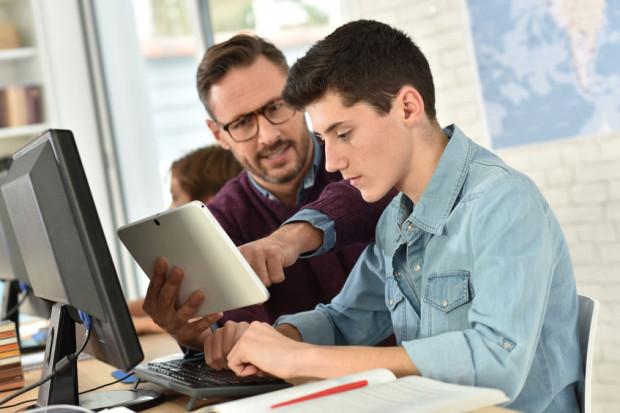 Podczas lekcji online nauczyciele nie są w stanie w pełni kontrolować uczniów, którzy często mają wyłączone kamerki. Ten czas lubią poświęcać grom komputerowym.