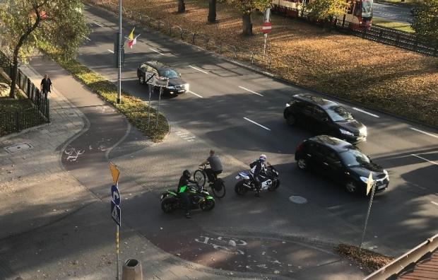 """Zanim przy DDR zainstalowano barierki, rowerzyści """"ścinali"""" łuk trasy, co doprowadzało do niebezpiecznych sytuacji."""