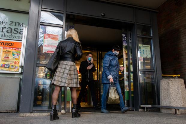 Mimo że nowe limity nie spowodowały kolejek pod sklepami, to jednak większość marketów wydłużyła godziny pracy, a niektóre czynne są przez całą dobę.