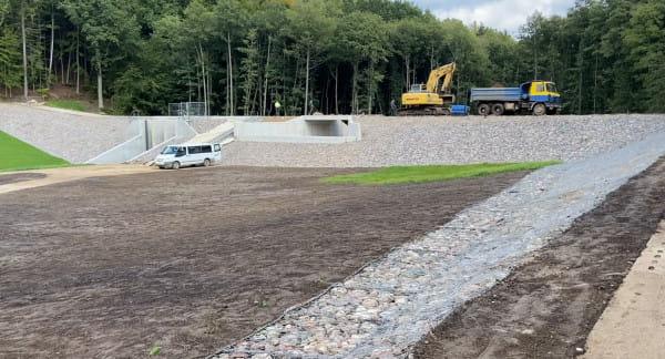 Zbiorniki retencyjne mają pomóc w walce z podtopieniami. Na zdjęciu obiekt w okolicach Potoku Wiczlińskiego.