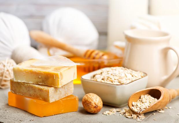 Na niektóre kosmetyki wydajemy małą fortunę, choć wcale nie jest to potrzebne. Ich skuteczne i tańsze odpowiedniki znajdziemy w kuchni i w ogrodzie. Wiele zastępników drogeryjnych produktów można zrobić samemu w domu.