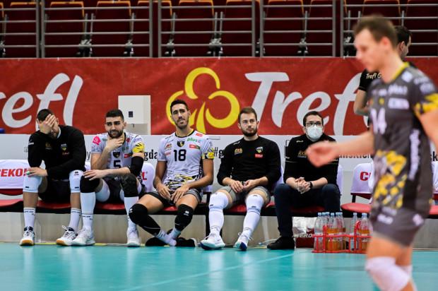 Siatkarze Trefla Gdańsk byli już w hali i mieli się przygotowywać się do meczu z Asseco Resovią, ale ostatecznie do niego nie doszło. W drużynie rywali jest podejrzenie zakażenia koronawirusem.