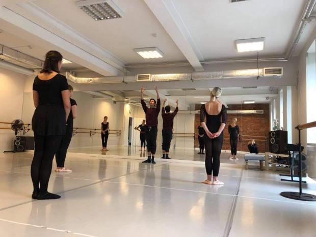 Zredukowane grupy i dokładna dezynfekcja, to codzienność w szkołach tańca.