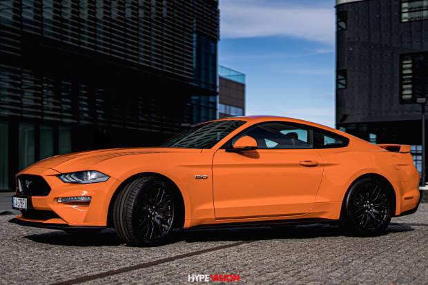 Pomarańczowy Ford Mustang GT - wyróżnia się na drodze nie tylko pięknym brzmieniem, ale także charakterystycznym kolorem.