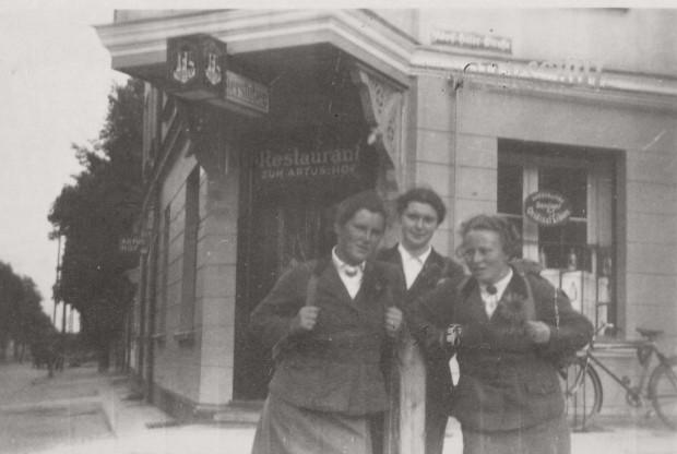 Zdjecie datowane na 1938 rok. Wówczas przy Adolf-Hitler-Straße 503 (obecnie al. Grunwaldzka 503), działała restauracja Zum Artus Hof.