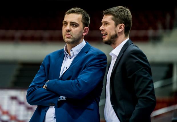 Marcin Stefański i jego asystenta Krzysztof Roszyk (z prawej) muszą przygotować koszykarzy Trefla Sopot do trzech meczów w ciągu tygodnia, a w zaleceniach prezydenta miasta mają, aby trenować na zewnątrz.