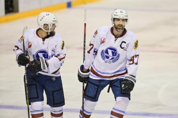 Mateusz Rompkowski (z prawej) pod nieobecność trenerów Krzysztofa Lehmanna i Josefa Vitka poprowadził środowy trening hokeistów Stoczniowca.