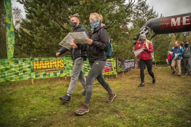 Spacery z mapą po lasach i parkach cieszą się coraz większą popularnością, zwłaszcza w dobie pandemii. W Trójmieście takie imprezy odbywają się regularnie.