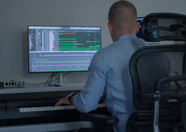 Bartosz Gruchała pochodzi z Gdyni, a kompozycję muzyki filmowej studiuje w Bostonie w Stanach Zjednoczonych.