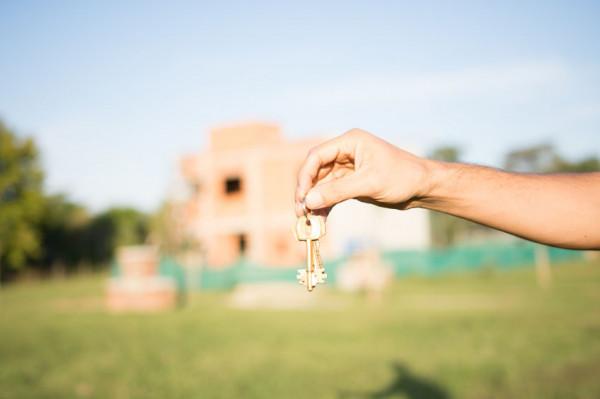 Polisa ubezpieczeniowa może dotyczyć domu w budowie lub ogrodu. Warto pytać o możliwość ubezpieczenia elementów, na których szczególnie nam zależy.