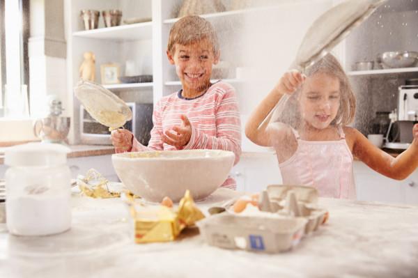 Nieładnie bawić się jedzeniem, ale wspólne przygotowywanie go może okazać się wspaniałą rozrywką dla całej rodziny. Szczególnie, jeśli wszyscy domownicy przebywają na kwarantannie.