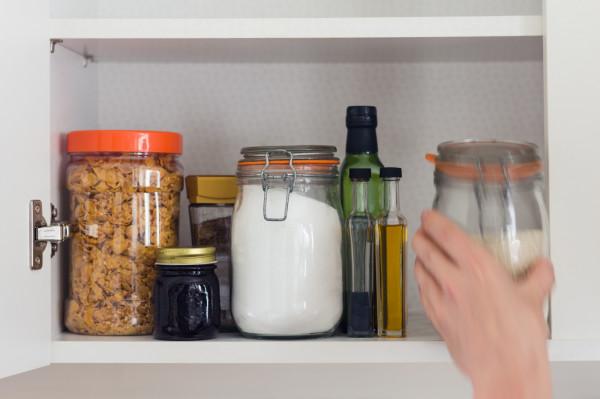 Zanim zaczniesz tworzyć listę zakupów sprawdź, co kryją w sobie twoje szafki. Produkty z najkrótszym czasem przydatności od razu przestaw do przodu, aby wykorzystać je w pierwszej kolejności.