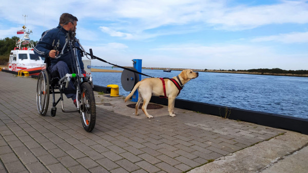Nowy wózek z przystawką rowerową pozwoli Michałowi poruszać się nie tylko po twardym podłożu, lecz także swobodnie wjechać do lasu i na trawę.