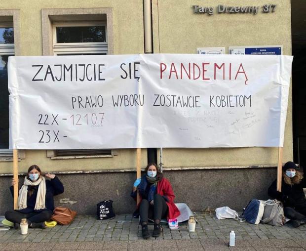Protest kobiet pod  biurami posłów PiS w Gdańsku w piątek rano.