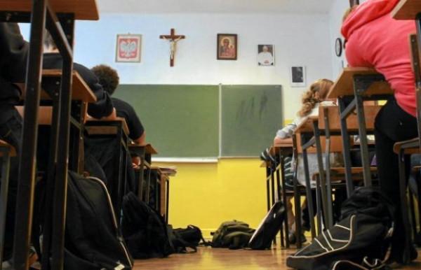 Rozporządzenia ministra Edukacji Narodowej dotyczące nauki religii w szkole, mówiące o tym, że dopiero pełnoletni uczeń sam decyduje o tym, czy zapisze się na religię lub etykę, wydają się niezgodne z najważniejszym aktem prawnym naszego państwa i logiczną ideą ustawodawcy - uważa Piotr Pawłowski, autor poniższego artykułu.