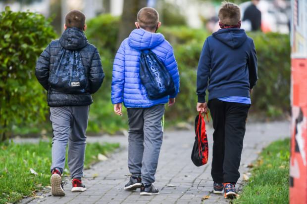 Od soboty, 24 października, dzieci w wieku do 16 lat będą mogły same poruszać się po mieście tylko do godz. 8 i po godz. 16, a więc w godzinach komunikacyjnego szczytu. Takie obostrzenie ma ograniczyć rozprzestrzenianie się koronawirusa.
