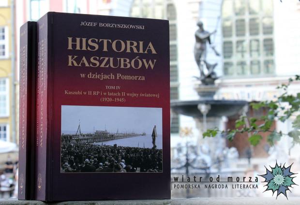 """Pomorską Książką Roku 2019 została monografia """"Historia Kaszubów w dziejach Pomorza"""" tomy III-V."""