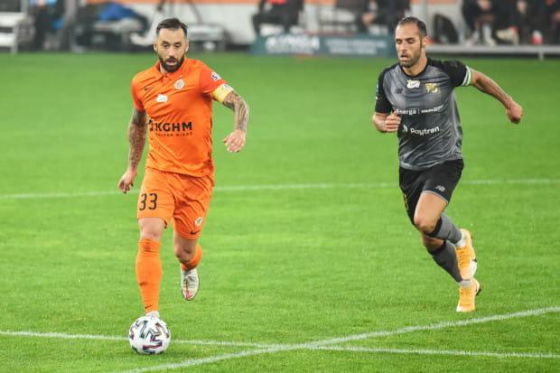Gole w Lubinie strzelali kapitanowie drużyn: Lubomir Guldan (z lewej) i Flavio Paixao.