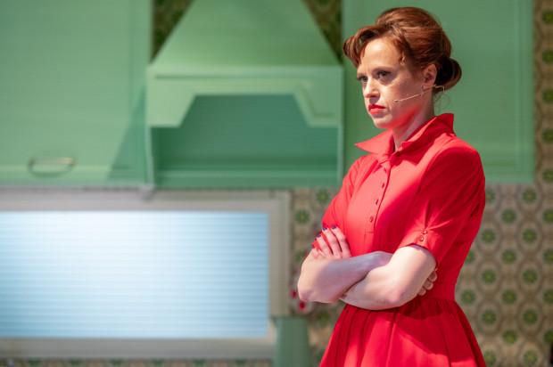 Tytułowa Nora (w tej roli Dorota Androsz) to kobieta, której rytm dnia wyznaczają obowiązki gospodyni, żony i matki. W spektaklu Teatru Wybrzeże rzecz dzieje się w latach 60. XX wieku w Stanach Zjednoczonych.