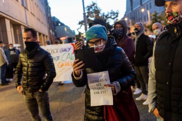Branża gastronomiczna nie zamierza poddać się bez walki. W ub. tygodniu odbył się strajk. W najbliższą niedzielę, 25 października, o godz. 12 ma się odbyć na Długim Targu przy fontannie Neptuna kolejny protest.