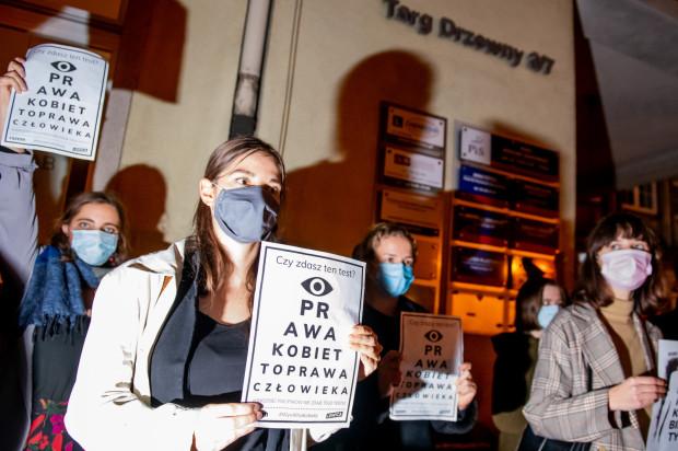 Protesty pod biurami posłów PiS w Trójmieście trwają od czwartkowego wieczora.