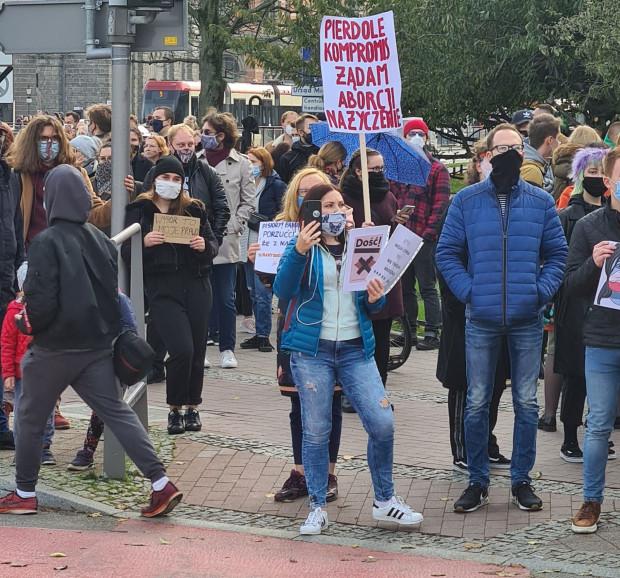 Uczestnicy sobotniego protestu w Gdańsku z transparentami.