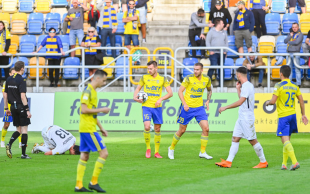 W meczu z Puszczą Niepołomice (na zdjęciu) oraz w Niecieczy piłkarskie szczęście uśmiechnęło się do Arki Gdynia. Natomiast w Olsztynie i Łęcznej żoółto-niebiescy oddali to, co zyskali w tamtych meczach.