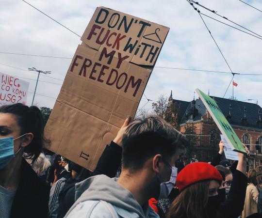 Protestujący tłumaczyli, że są tak wzburzeni, że nie da się tego wyrazić bez sięgania po wulgaryzmy.