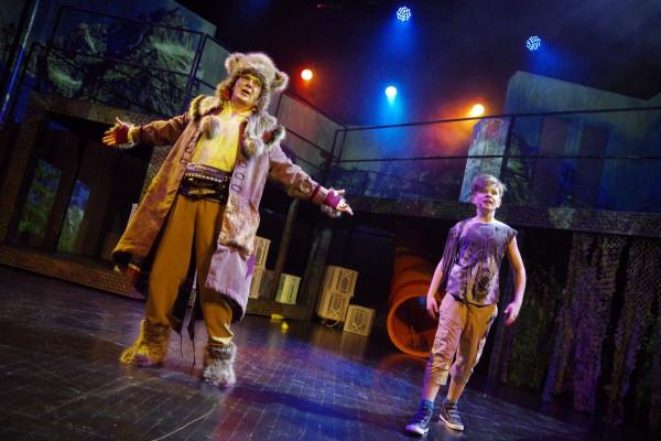 W rolę Mowgliego wcielają się bardzo młodzi chłopcy, których zaangażowano do tej roli aż czterech: Marceli Józefowicz, Adam Kordowski, Hubert Kunc i Jakub Mrowiec, który zagrał w spektaklu premierowym.