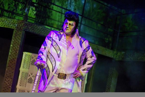 Dowcipne są również kostiumy Doroty Sabak - na przykład kreacja Shere Khana (Rafał Ostrowski) à la Elvis Presley.