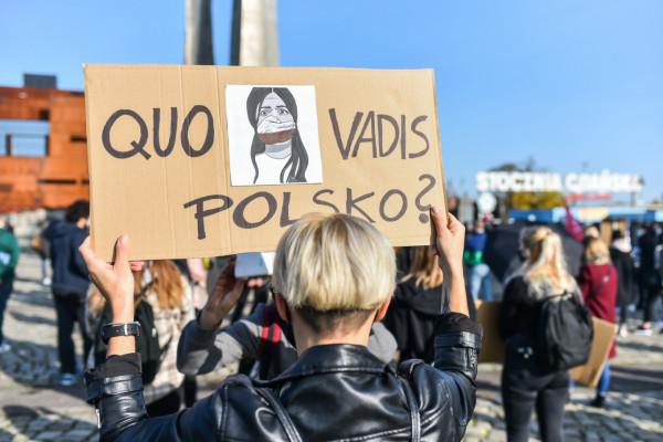 """Grafika Marty Frej wykorzystywana jest na wielu transparentach. Tutaj podczas manifestacji """"To jest wojna"""" 25.10.2020."""