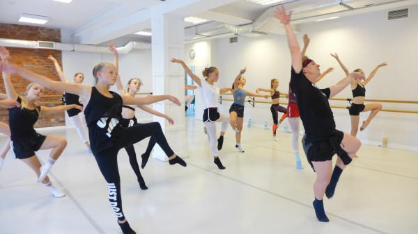 Mimo że szkoły tańca w dalszym ciągu pozostają otwarte, to nie ominęła ich konieczność wdrożenia restrykcyjnych zasad sanitarnych podczas zajęć.