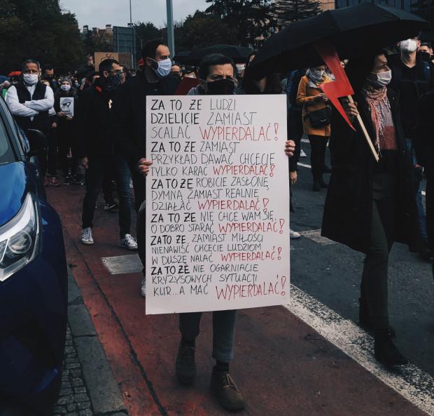 Polityczne, graficzne, anglojęzyczne, nierzadko wulgarne - takie były hasła sobotnich protestów, które odbywały się w Gdańsku i w Gdyni, po decyzji Trybunału Konstytucyjnego uznającego prawo do aborcji z powodów ciężkiego uszkodzenia płodu za niekonstytucyjne.
