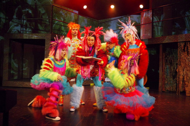 Małpy w spektaklu Teatru Muzycznego w Gdyni ubrane są we wściekle żarówiaste kostiumy.