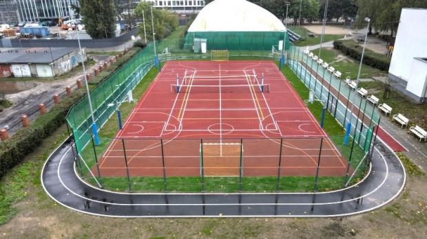Wielofunkcyjne boisko przy ul. Wąsowicza powstało w miejscu starego żwirowego obiektu. Okala je asfaltowy tor do jazdy na rolkach i wrotkach.