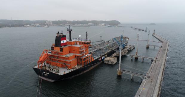 Port Gdynia specjalizuje się w przeładunku gotowego oleju napędowego, który rurociągiem  trafia do bazy paliw PERN w Dębogórzu.