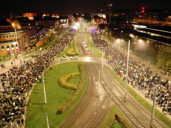 Protestujący idą przez Gdańsk.