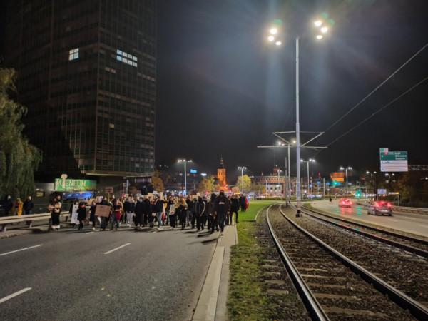 Manifestanci idą w kierunku Oliwy.